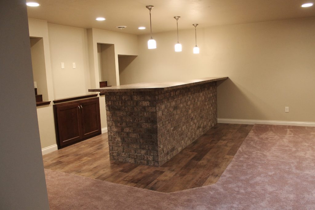 brick-bar-on-the-lower-level-of-the-flintrock-maple